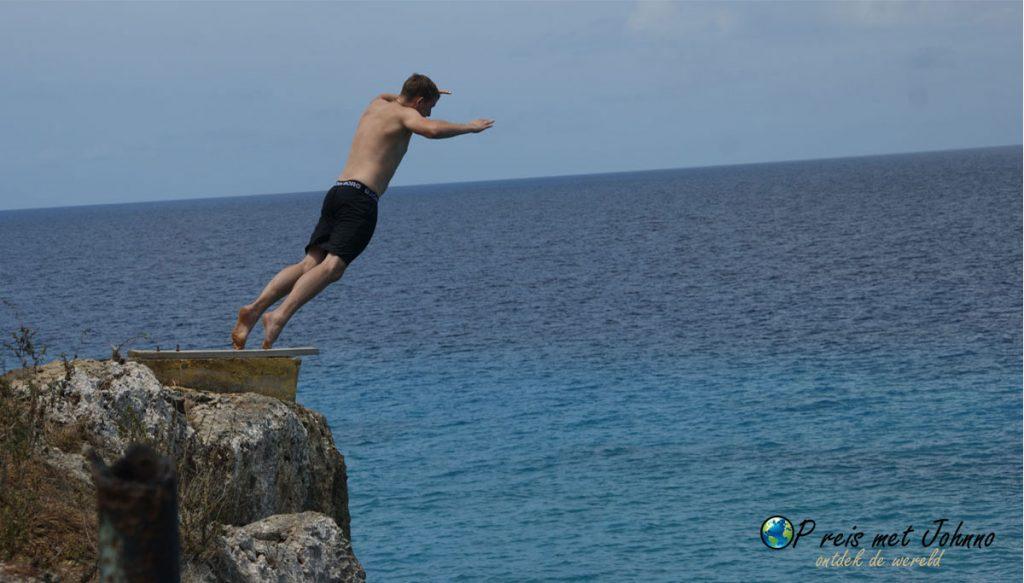 Kliffjump bij Playa Forti.