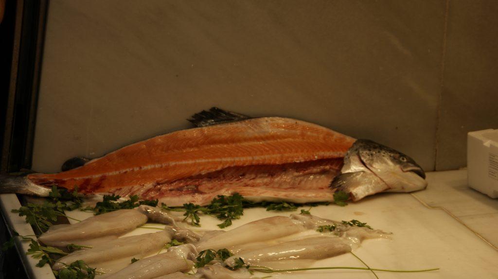 Gefileerde vis in de markthal van Malaga