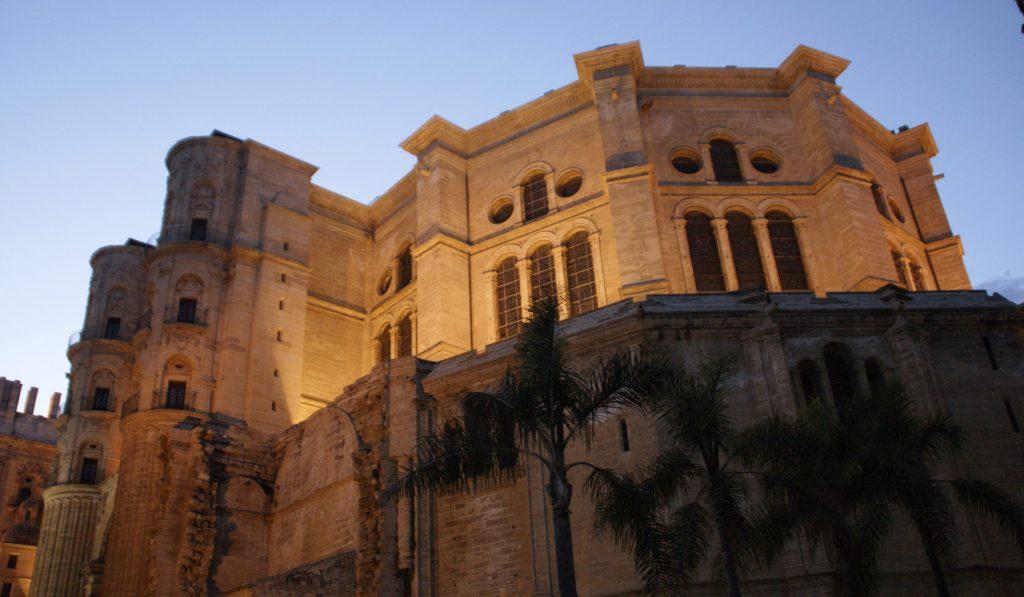 De kathedraal van Malaga tijdens de zondsondergang