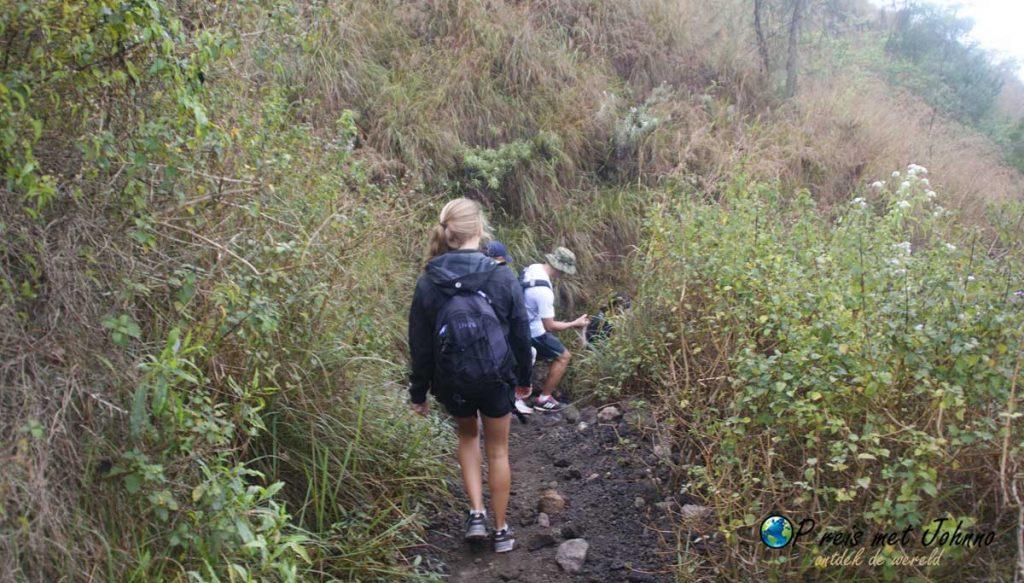 De wandeling terug vanaf Mount Batur