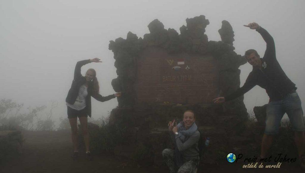 Het bord die iedereen ziet wanneer je Mount Batur gaat beklimmen