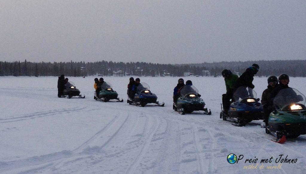 Gas erop. Sneeuwscooter rijden over de meren in lapland