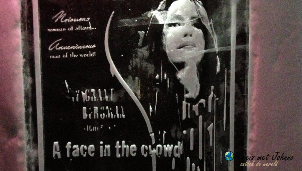 Een poster gemaakt van ijs in het Icehotel