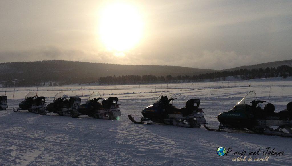 Daar staan ze, de sneeuscooters
