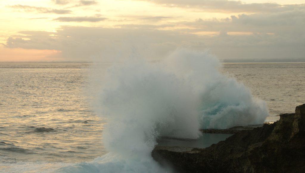 Devils tears op de nusa eilanden. Dit is een van de hoogtepunten op nusa lembongan