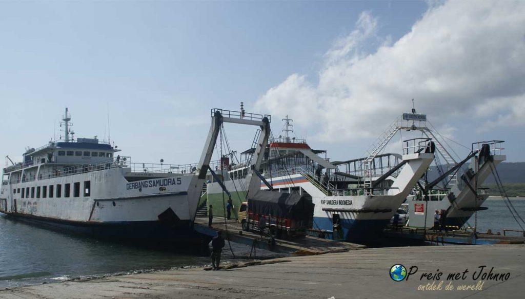 De boten van  Bali naar Java