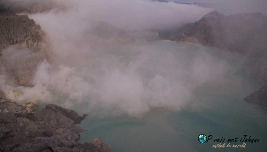 Het zwavelmeer bij de krater van de vulkaan Kawah Ijen