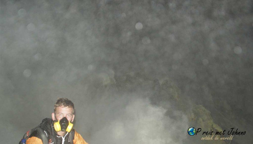 Ik in de giftige gassen van de vulkaan KAwah Ijen