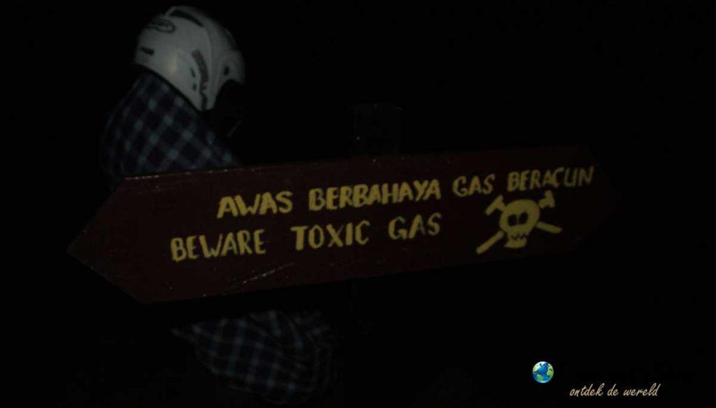 Oppassen voor gevaarlijke gassen bij de vulkaan Kawah Ijen