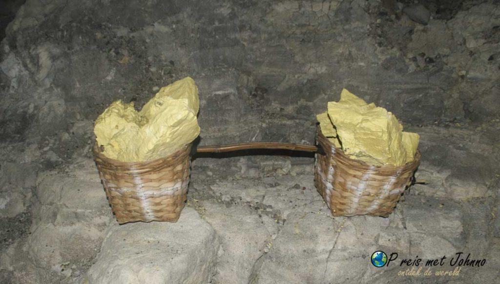 Stukken zwavel die de mannen de vulkaan Kawah Ijen op moeten tillen