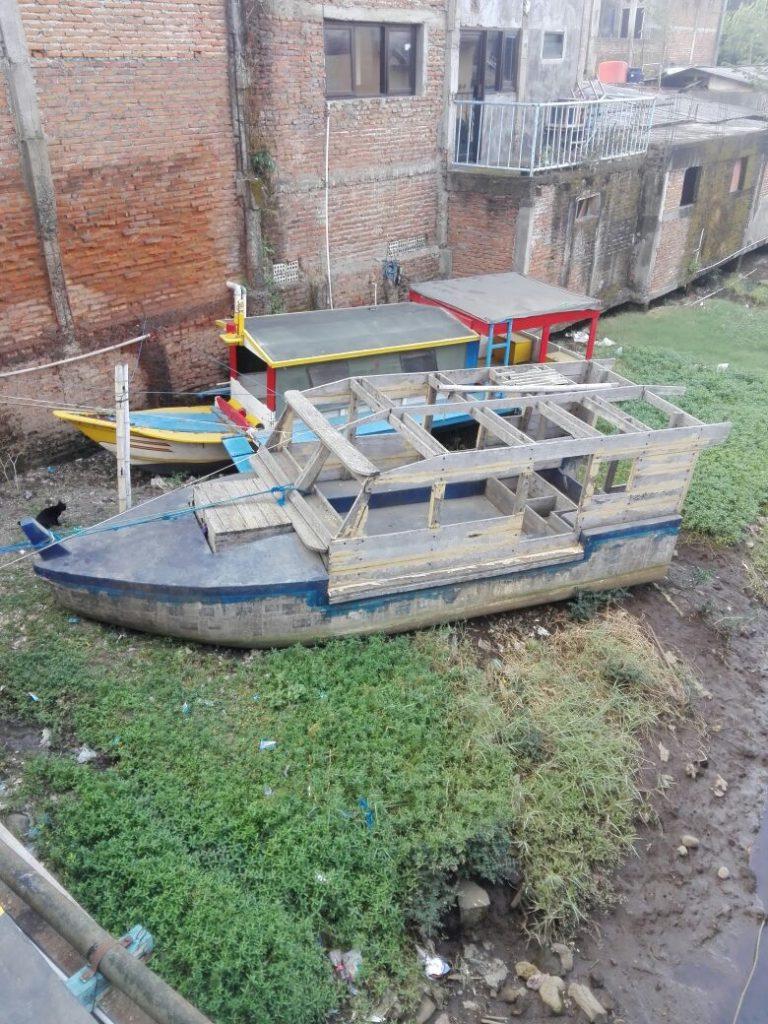 Gestranden boten bij JAva