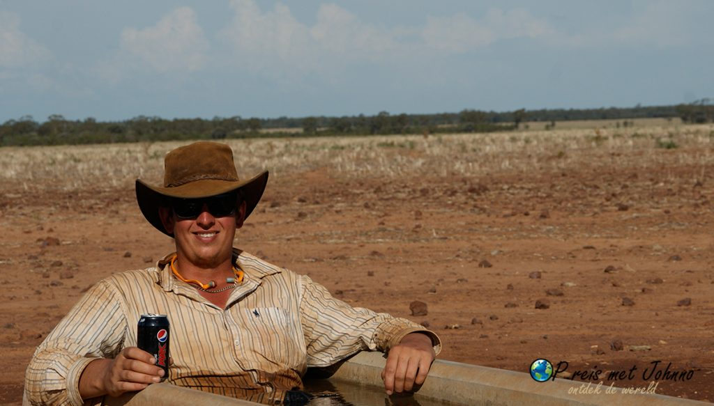 Ik zit te chillen in een dirnkbak tijdens mijn farmwork in Australië