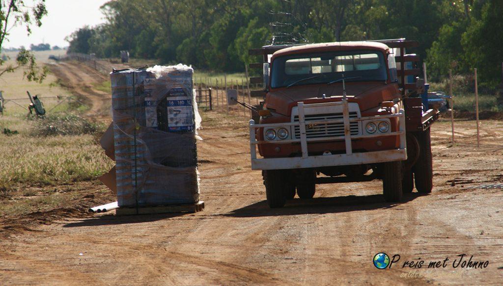 Daar staat de messing van het nieuwe hek dat ik ga bouwen. Dit is een van de werkzaamheden in de outback van australie.