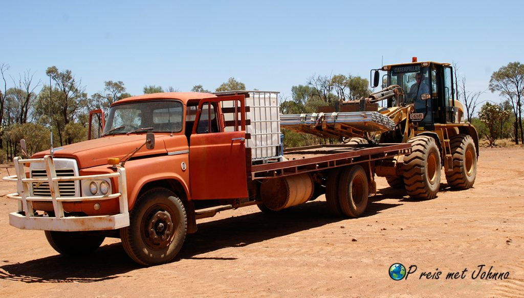 Ik aan het werk op de grote trucks in de outback van Australie. wat is farmwork toch vet.