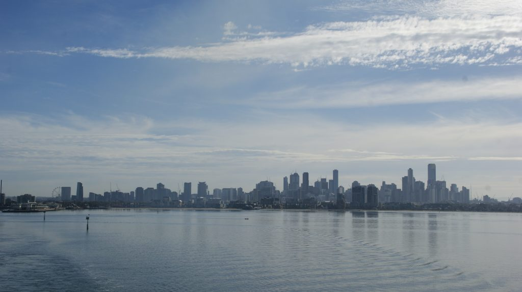 Het uitzicht vanaf de ferrie op Melbourne