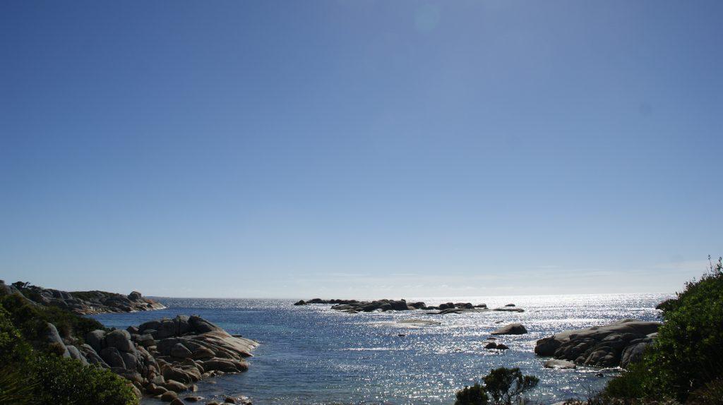 Uitzicht over zee bij de vuurtoren op Tasmanië
