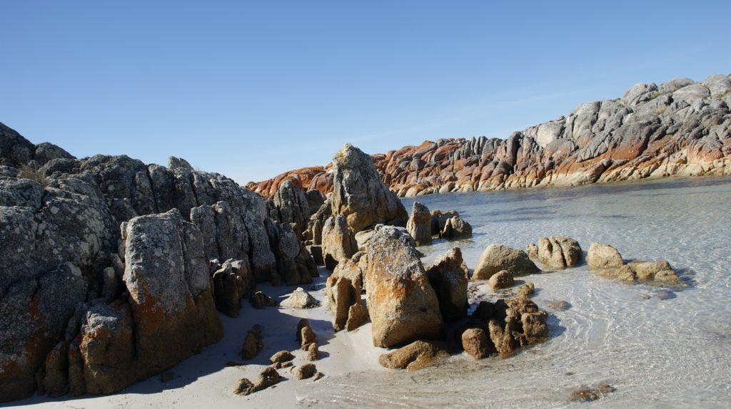 Ring of fire van Tasmanië. Zie je de rode stenen ?