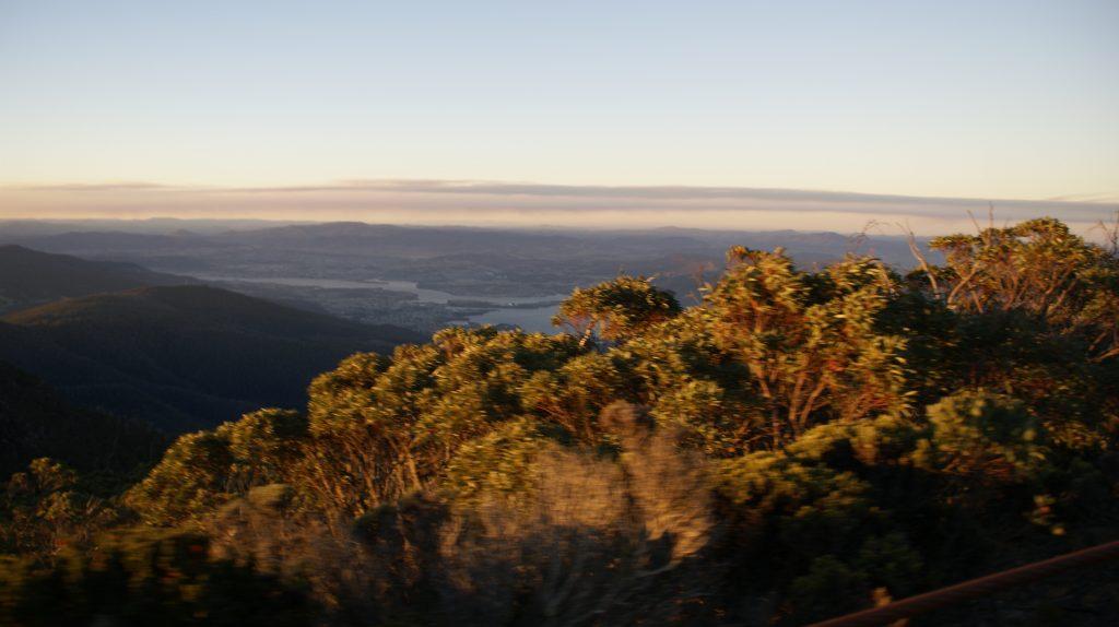 De zonsondergang vanaf Mount Wellington bij hobart Tasmanië