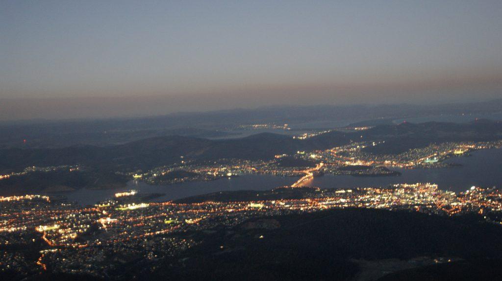 Hobart de grootste stad van Tasmanië in het donker