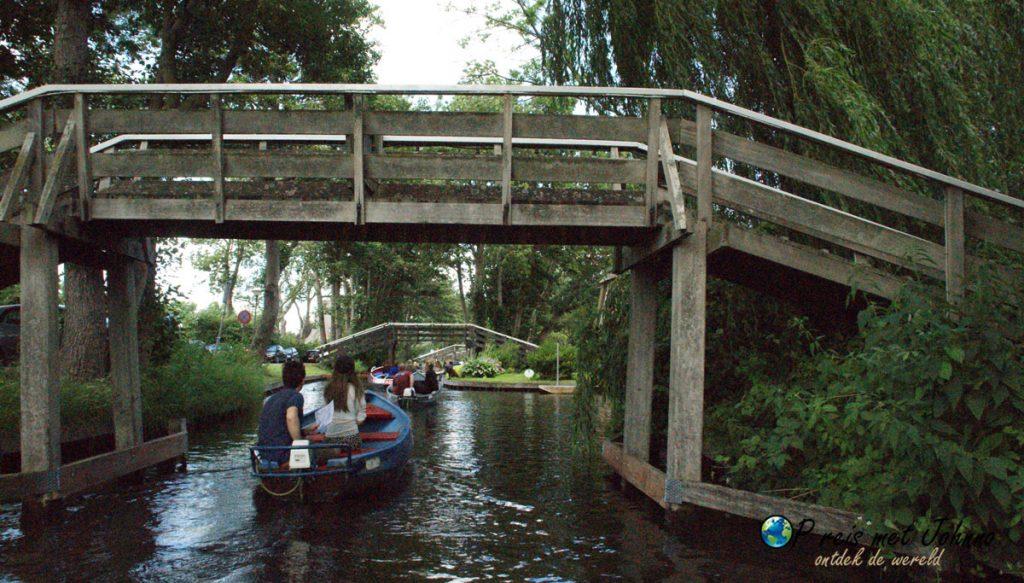 een van de 157 bruggen in Giethoorn